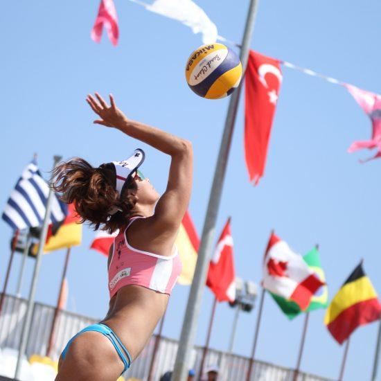 鈴木千代/村上礼華組、石坪聖野/柴麻美組、<br>FIVBワールドツアーで金メダルを獲得。