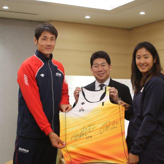 嶋岡会長、石島、二見両選手が、<br>川崎市の福田市長を表敬訪問。