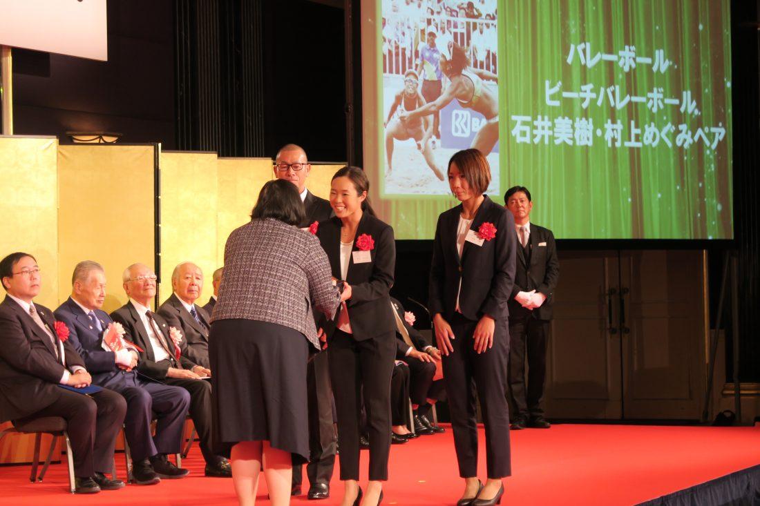 石井/村上組、「この賞をいただけて光栄」。第68回日本スポーツ賞・競技団体別最優秀賞