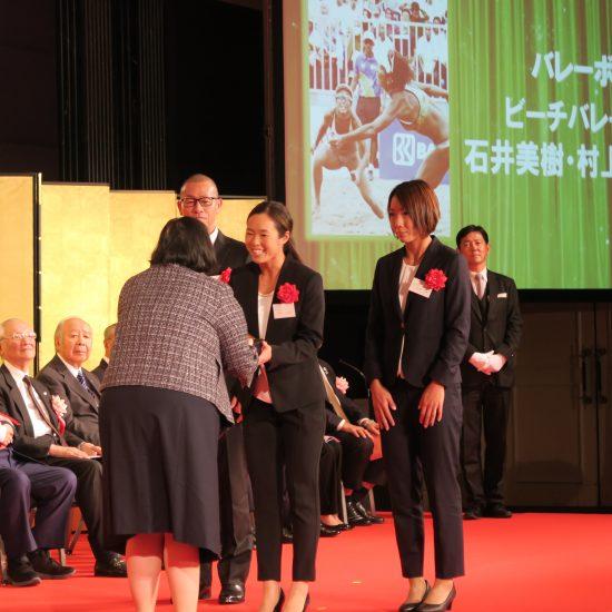 石井/村上組、「この賞をいただけて光栄」。<br>第68回日本スポーツ賞・競技団体別最優秀賞
