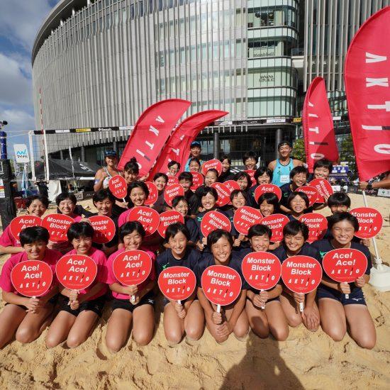 グランフロント大阪うめきた広場特設コートで「AKTIO presents ビーチバレーボール教室」が開催。